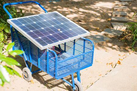 electricidad industrial: c�lula solar el�ctrica en un carrito en el jard�n Foto de archivo