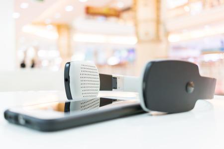 Draadloze hoofdtelefoons en cellphone met bokehachtergrond