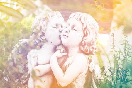 Engel Amor, weiße Gipsfigur im Garten
