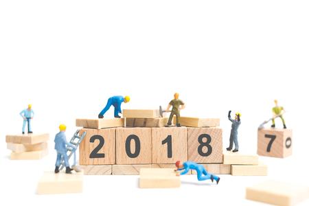 Miniatuur werknemer team gebouw nummer op houten blok, Gelukkig nieuwjaar 2018 Stockfoto