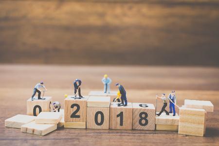木製の背景に建物木製ブロック番号 2018 ミニチュア ワーカー チーム 写真素材
