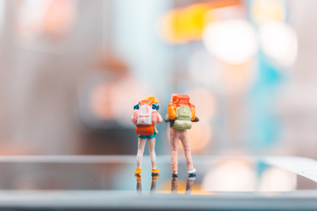 Miniature backpacker , Tourist people standing on smartphone , Travel concept Banco de Imagens