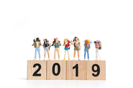 Mochilero de personas en miniatura en el bloque de madera número 2019.aislado sobre fondo blanco. Foto de archivo