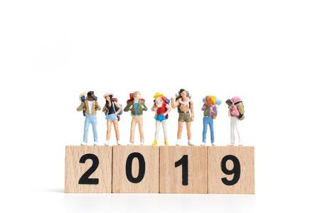 Personnes miniature Backpacker sur bloc de bois numéro 2019. isolé sur fond blanc Banque d'images