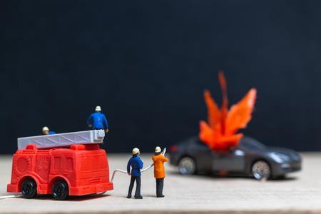 Gente en miniatura: bomberos en un accidente de coche, coches en llamas estallan