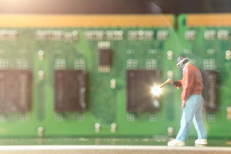 Miniaturleute: Computermechaniker reparieren Computerhardware, Technologiekonzept