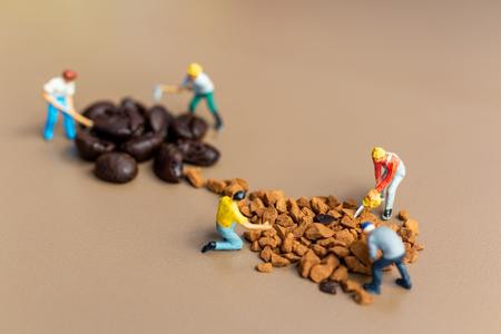 Miniaturmenschen: Teams arbeiten beim Kaffeemischprozess sehr gut zusammen