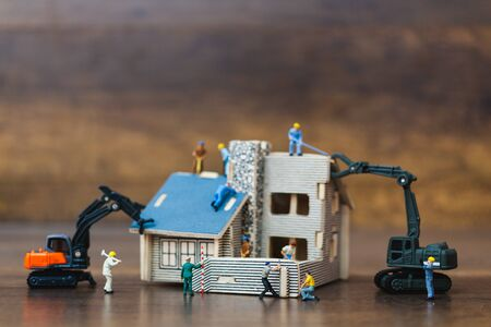 Miniature people : worker team for building home , Home renovating concept Stockfoto