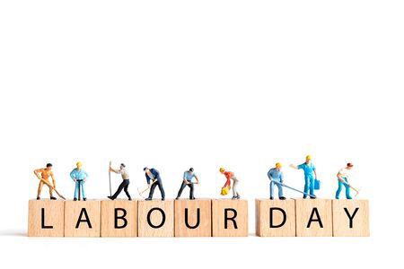 微型的人,工人队伍站在白色的背景和复制空间为您的文字,劳动节的概念