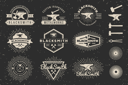 Modern Vintage Smid en Metaalbewerking Badge Template Logo Design met aambeeld, hamer, starburst. Vector illustratie