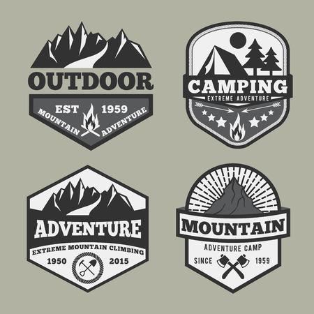 モノクロの屋外のキャンプの冒険の山バッジ、エンブレムのロゴ ラベル デザイン セット