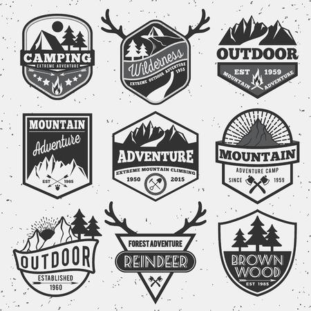 一連の白黒屋外キャンプの冒険、山バッジ ロゴ、エンブレム ロゴ、ラベル デザイン  イラスト・ベクター素材