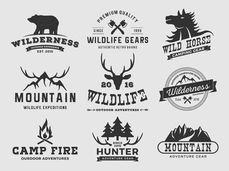 Set van outdoor wildernis avontuur en de bergen kenteken, label design Vector illustratie resize-staat en gratis gebruikte lettertype Stock Illustratie