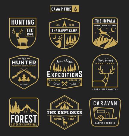 屋外のキャンプの設定し、冒険歯車バッジ ロゴ、エンブレムのロゴ、ラベルのデザイン。ベクトル図  イラスト・ベクター素材