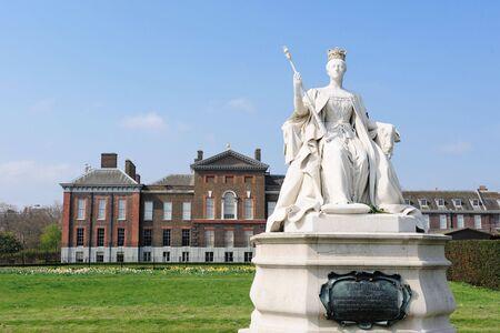Kensinton 宮殿で女王のビクトリア彫像 写真素材