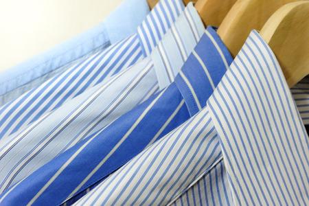 木製ハンガーにシャツ