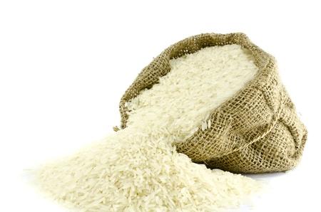 arroz blanco: Arroz en la bolsa Yute con fondo blanco de aislar Foto de archivo