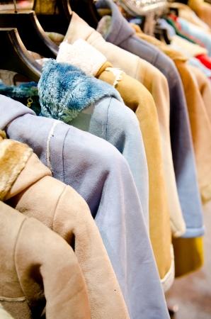 ropa de abrigo mujer colgando de tendedero