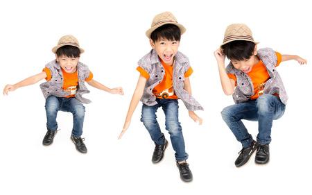 niño saltando: Grupo de chico lindo asiático está saltando con la cara de sonrisa, aislado en fondo blanco