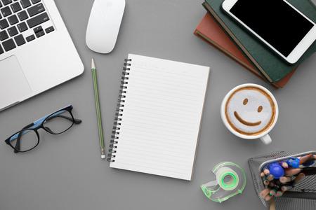 현대 회색 사무실 책상 테이블 노트북 및 빈 노트북 페이지 입력 텍스트. 평면도, 평면도