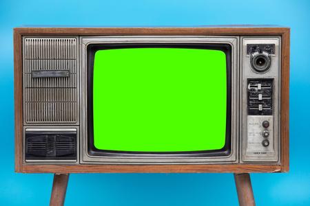 Vintage TV: antiguo televisor retro aislado sobre fondo azul. Bank Green sceen con espacio de copia.