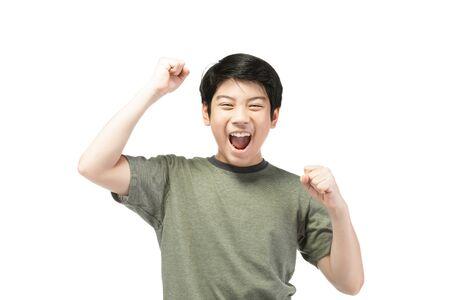 Retrato de buen aspecto niño asiático aislado sobre fondo blanco.
