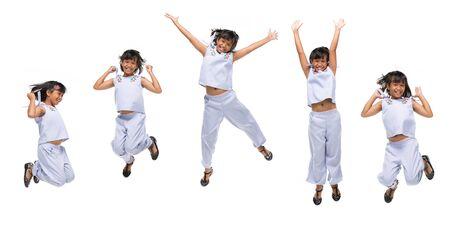 Retrato de niña asiática negra saltando aislado sobre fondo blanco. Foto de archivo