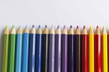 lapices: Crayones colorido l�piz sobre un fondo blanco, fondo de educaci�n