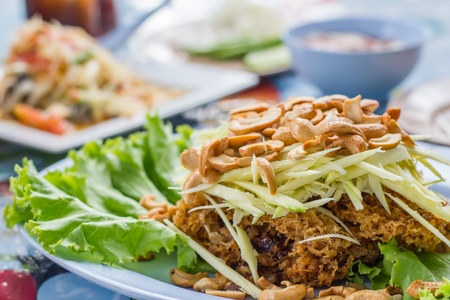 pla: Fried catfish, catfish fry the meat. Then sprinkle with salad.