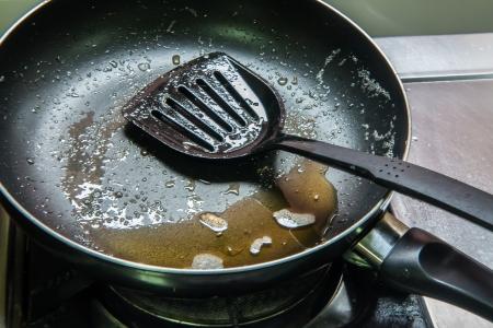 フライパンに油をパンします。