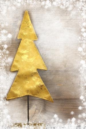 weihnachten gold: Weihnachtsbaum auf Holzuntergrund