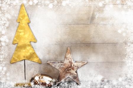 weihnachten gold: Weihnachtsbaum und Sterne auf Holzuntergrund