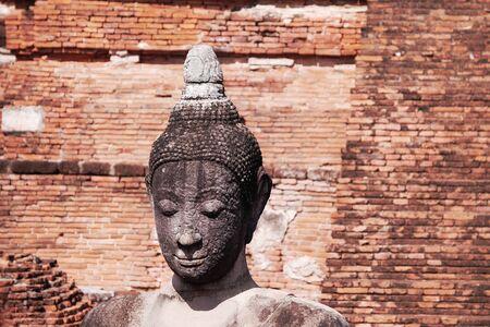 cabeza de buda: Antiguo Buda cabeza en Ayutthaya, Tailandia