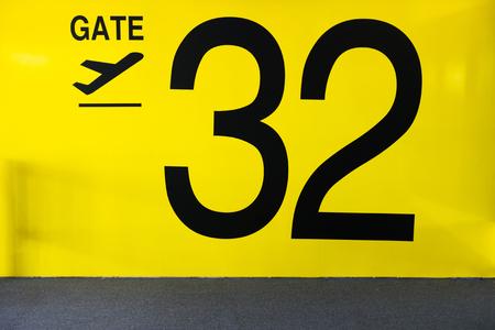 Flughafen-Gatter-Zeichen Flughafen-Gatter-Zeichen mit der Nummer 32 Standard-Bild - 48129569