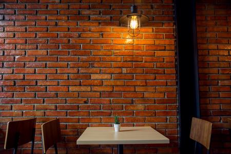 Café o restaurante decorar con pared de ladrillo rojo y lámpara industrial loft Foto de archivo - 71996115