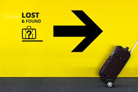 Flughafen-Zeichen mit verlorener gefundener Gepäck-Ikone und beweglichem Gepäck Standard-Bild - 72959762