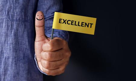 Concepto de experiencia del cliente, mejor calificación de servicios excelente para la satisfacción presente por pulgar del cliente con excelente palabra y el icono de cara sonriente Foto de archivo