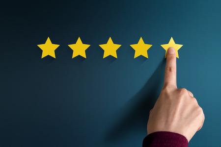 Concept de l'expérience client, Best Excellent Services Évaluation de la satisfaction présente par la main du client appuyant sur cinq étoiles Banque d'images - 87302501