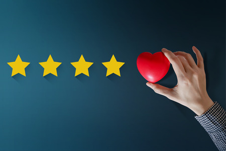 Customer Experience Concept, Best Excellent Services Rating for Satisfaction present by Hand of Happy Client put a Heart on Five Star Zdjęcie Seryjne - 88977892