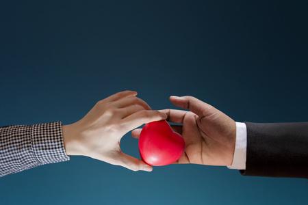 Kundenbindungskonzept, gutes Verhältnis zwischen Kunden und Marke vorhanden von der Frau, die Herz in eine Hand des Geschäftsmannes gibt