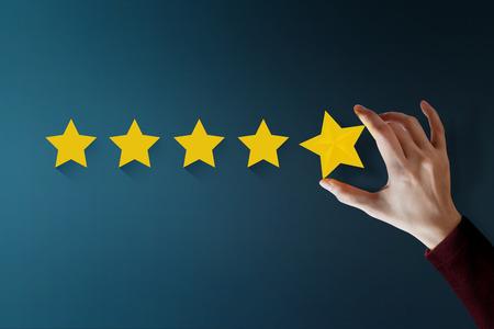 Concepto de experiencia del cliente, el mejor servicio excelente para la satisfacción que presenta Hand of Client que otorga una calificación de cinco estrellas