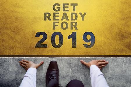 Concetto di anno 2019. Vista dall'alto dell'uomo d'affari sulla linea di partenza, pronto per la nuova sfida aziendale Archivio Fotografico