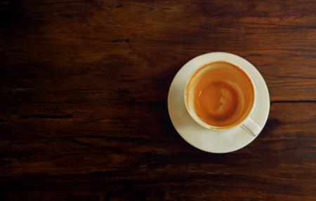 Koffiekopje op houten tafel. Afgewerkte latte of cappuccino. Bovenaanzicht Stockfoto
