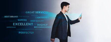 Konzept der Kundenerfahrung. Technologie in Markenführung und Strategie. Junge Motivation Geschäftsmann zu Fuß und positive Online-Rezension über Smartphone lesen. Lebensstil moderner Menschen