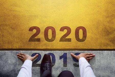 Concept de l'année 2020. Vue de dessus de l'homme d'affaires sur la ligne de départ, prêt pour un nouveau défi commercial
