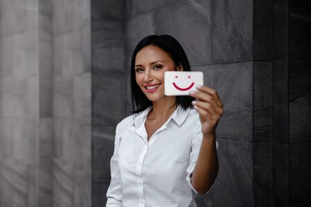 Customer Experiences Concept. Smiling Business Woman Feedback a Happy Emoticon on Card. Positive Review. Client Satisfaction Surveys Rating. Marketing Strategy Imagens - 150066284