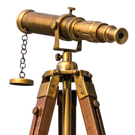 telescopio de bronce de época en el fondo blanco
