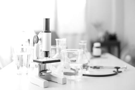 Wissenschaftsmikroskop Labor chemische Reagenzglas Laborglasgeräte. Forschungs- und Entwicklungskonzept.