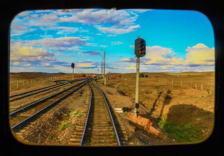 ウランバートル、モンゴル - 南から来て、トランスモンゴル鉄道は、後部窓からでも素晴らしい美しさを提供し、中国とロシアを接続します