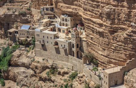 Jericho, Israël - het St. George-orthodoxe klooster is een van de belangrijkste orthodoxe kerken in Israël. Hier in het bijzonder het klooster gezien vanaf de top van de canyon